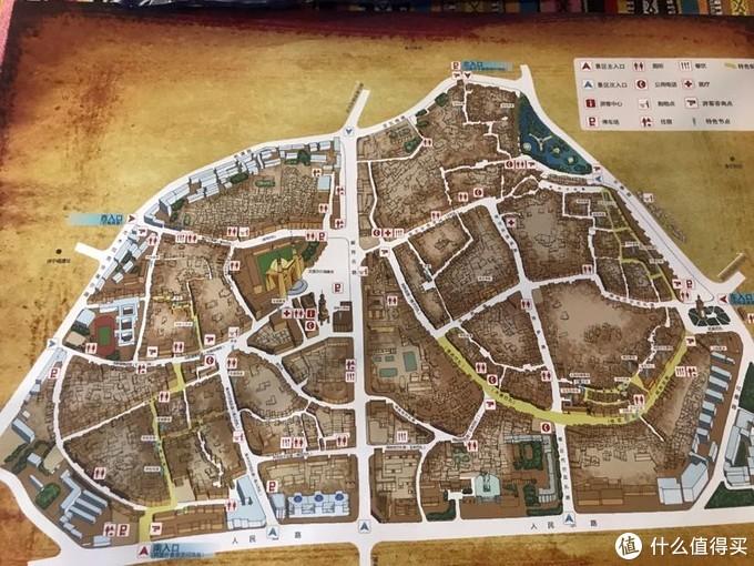 喀什老城区位于喀什市中心, 面积为4.25平方公里,约有居民12.68万人。老城区街巷纵横交错,布局灵活多变,曲径通幽,民 居大多为土木、砖木结构,不少传统民居已有上百年的历史,是中国唯一的以伊斯兰文化为特色的 迷宫式城市街区。
