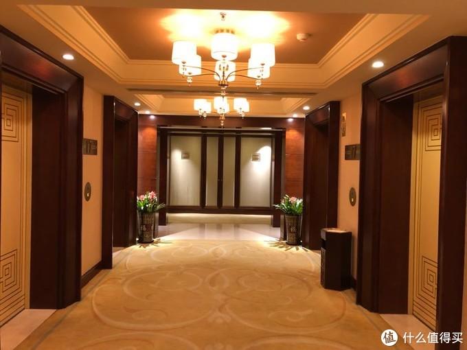 电梯口,装修风格一致