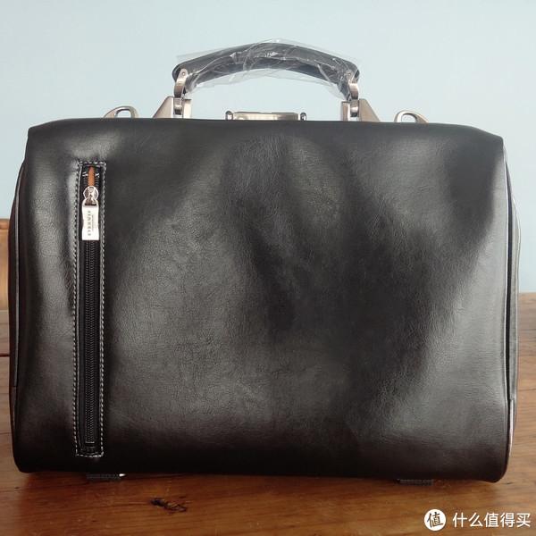 包是黑色的,可休闲可正式,硬挺的包型,显得很有质感。