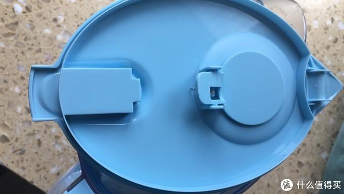 新的入水口设计,这个好评,老款滤水壶每次都接不满水就只能从水龙头下方拿出来,而新的入水口采用了杠杆原理,只要有水流壶盖就是一直打开的,可以接满一壶水,再也不用像以前滤一部分等一下再接水了。