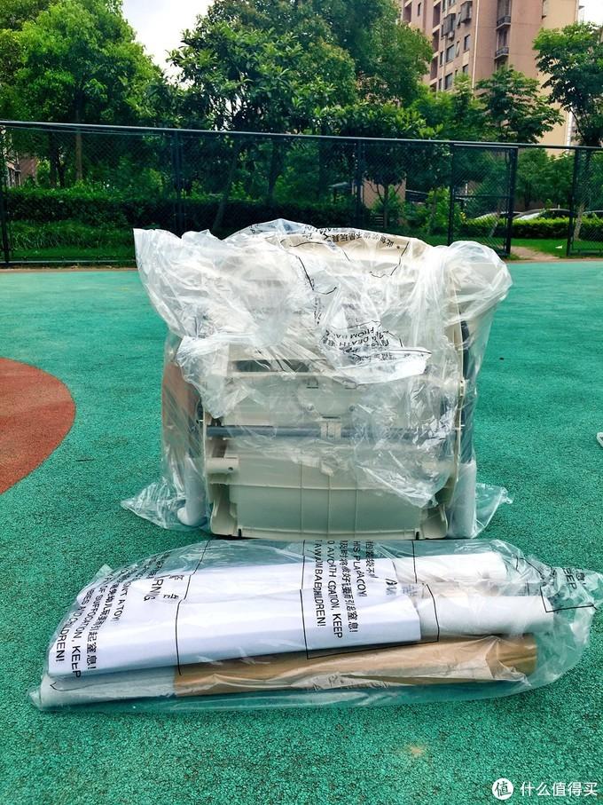 从箱子中拿出每个零部件,都有袋子及保护套