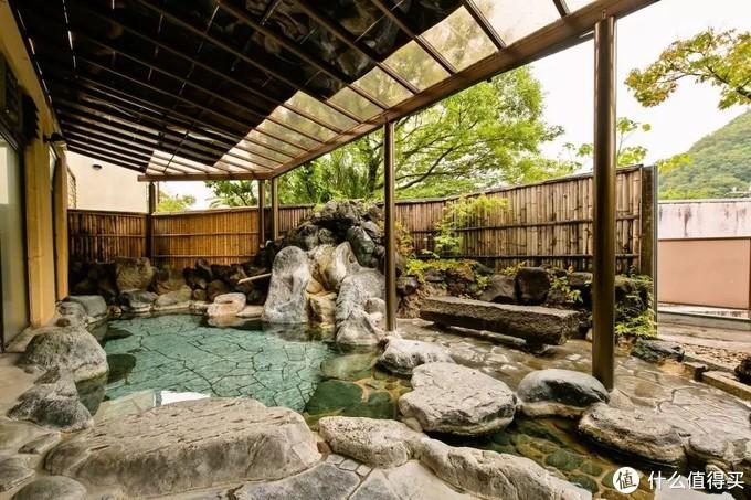 一座典型的温泉酒店室外汤池