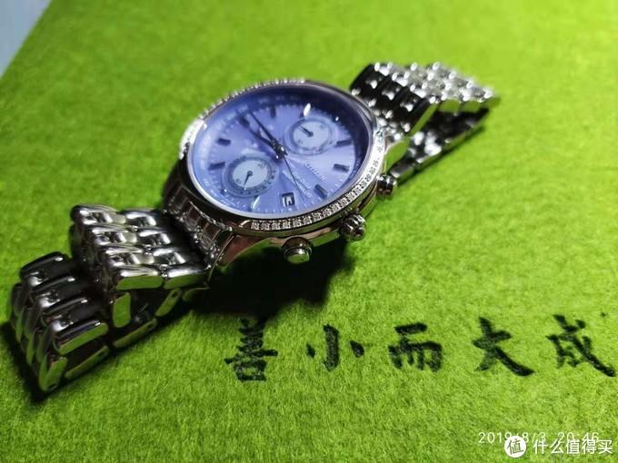 手表两边都镶嵌了闪亮亮的水钻,女士最爱