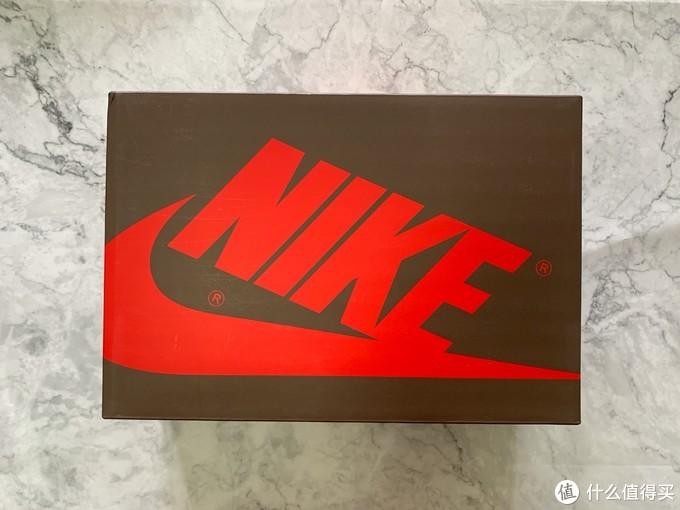 与普通版的aj1low不同,这双倒钩采用的是与aj1高帮相同规格的鞋盒,并且颜色沿用了倒钩高帮的军旅色鞋盒。