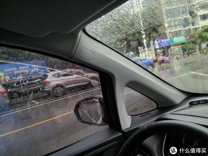开窗会被雨淋,关窗闷热,开空调太凉,装了雨挡稍微降点窗就避免了这个尴尬的情况