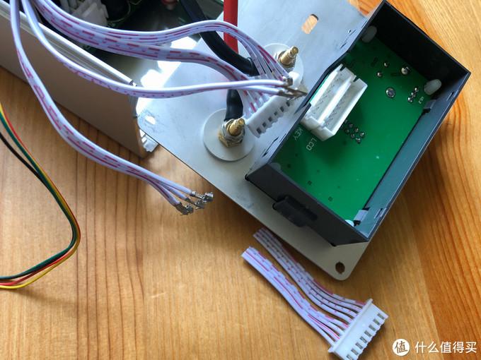 附赠的排线有点长,影响理线,剪了重新压端子