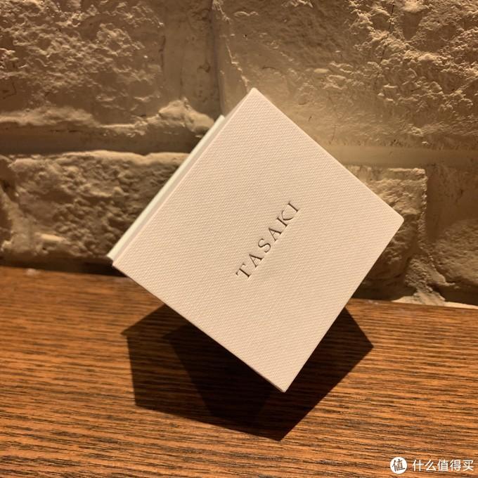这个盒子看起来不怎么高端,感觉就是手工用纸糊上的,皱皱的。