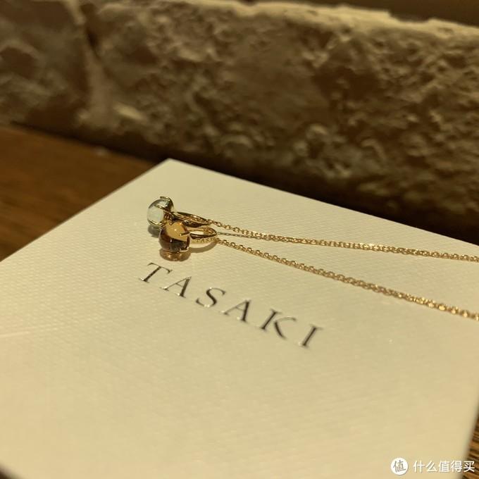 两个小石头,还算透亮,打磨的还阔以,戒托上有tasaki的logo。