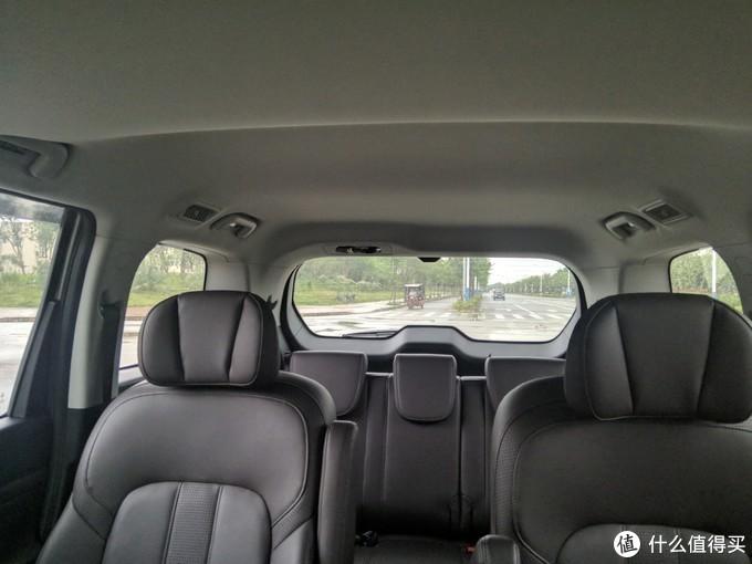 贴膜后由车内向外看,清晰度几乎看不出有变化