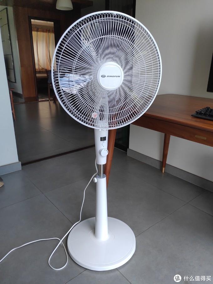安装完成的样子,一白遮白丑这句话同样适用于电扇,白色机身比家里那台黑色的艾美特颜值要高不少,夏天摆在房间看着也清爽许多。