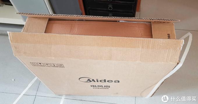 来个开箱图,看来厂家对包装空间优化的非常好,老大的风扇装到一个很扁的箱子里面