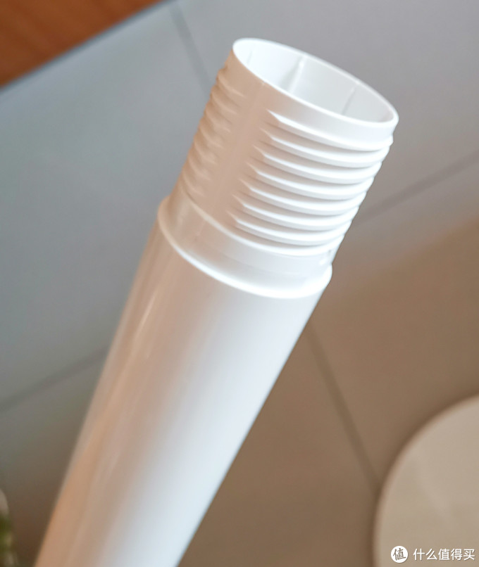 这个杆子有三节,可以根据自己要求安装,实际家庭安装两节就够用了,杆子是塑料的这个要差评,按上去晃晃悠悠的,就怕哪天断了,200元价位的风扇,厂家都不舍得用点镀锌铁管真的有点不厚道