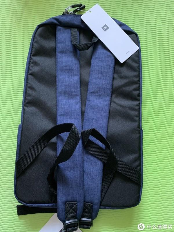 虽然包包尺寸不大,但肩带还是很长的