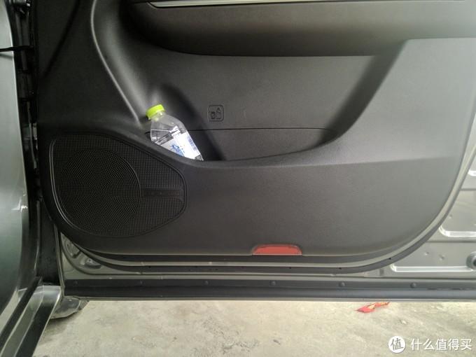 车门的塑料件表面是磨砂的,不是光滑平面,不是每次脏了都能清理干净,日积月累会发现有些脏的地方怎么都清洁不掉了。