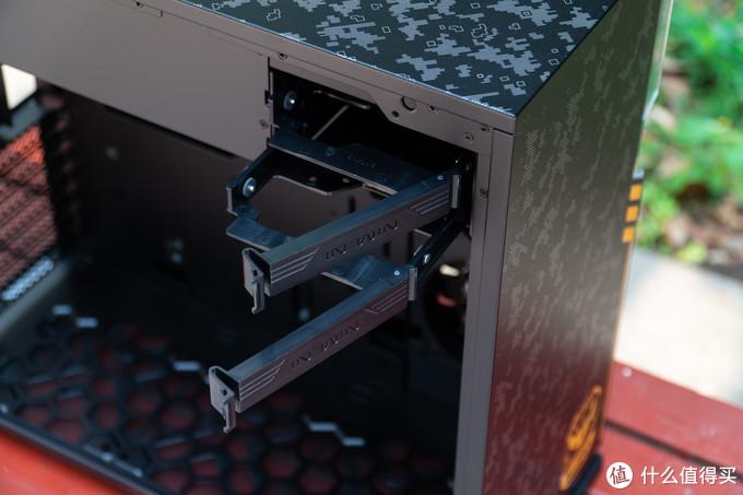 两个抽屉式的硬盘安装位,2.5寸硬盘需要用螺丝固定,3.5寸硬盘只需卡死即可。