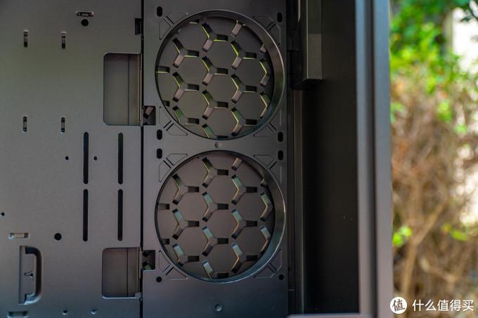 侧出风风扇位,某些一体水冷水管较短的话则会不好安装,同时也不建议安装EATX主板