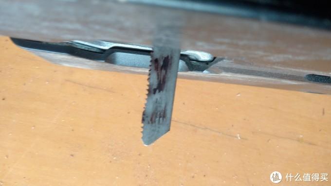 锯末在锯条与切割面之间反复摩擦,牢牢附着在锯条上