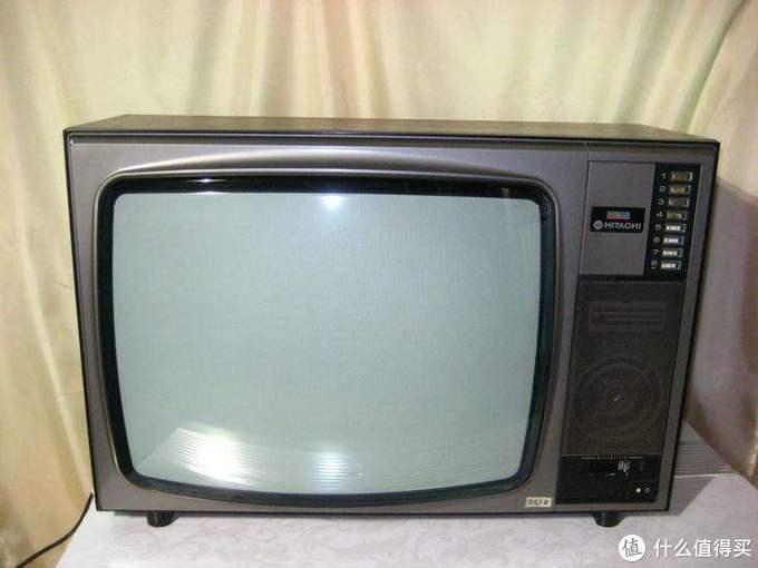网图侵删,在当时万物皆要票的时代,这一台电视机的出现,几乎耗尽了父母的积蓄,但对当时的我,却是打开世界的一扇窗,尽管只有四个台。