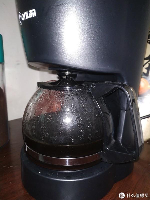 美式滴滤下的美式咖啡