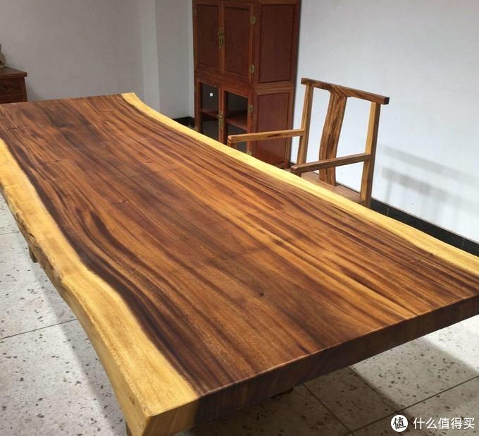 带有黑色条纹、纹理粗犷的南美胡桃木桌面
