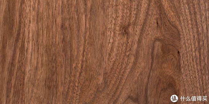 中等粗糙肌理,木射线可见,放大后的黑胡桃木