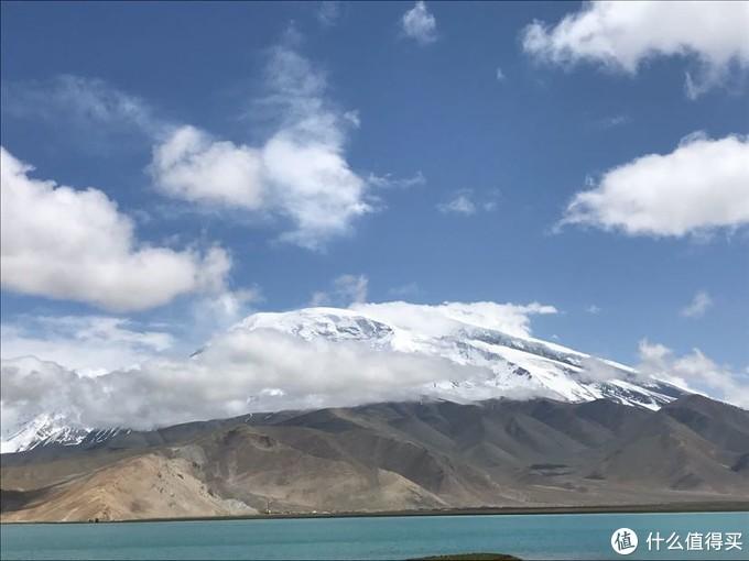 慕士塔格峰属于昆仑山脉,是西昆仑山脉第三高峰。慕士塔格峰、公格尔峰、公格尔九别峰,三山耸立,如同擎天玉柱,屹立在美丽的帕米尔高原上,成为帕米尔高原的标志和代表。