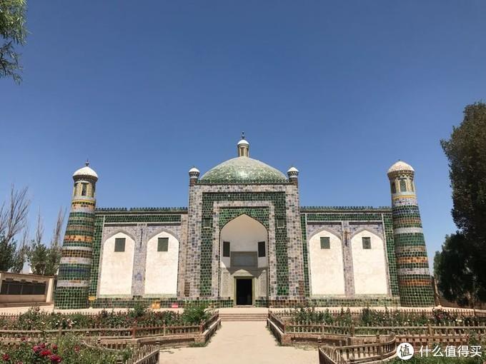 """传说,埋葬在这里的霍加后裔中,有一个叫伊帕尔汗的女子,是乾隆皇帝的爱妃,由于她身上有一股常有的沙枣花香,人们便称她为""""香妃""""。香妃死后由其嫂苏德香将其尸体护送回喀什,并葬于阿帕霍加墓内,因而人们又将这座陵墓称做香妃墓""""。"""