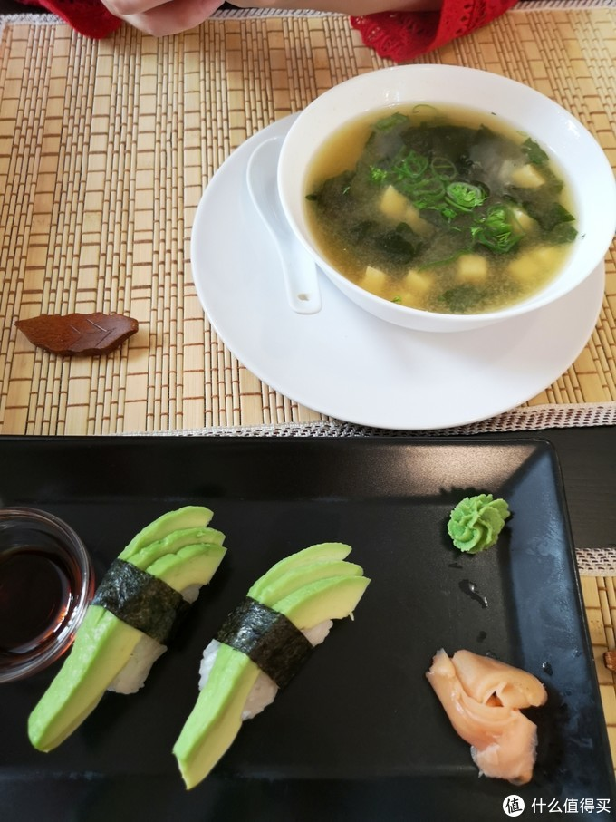 牛油果寿司卷和味增汤