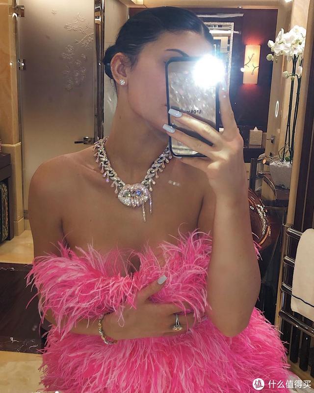 凯莉詹娜22岁了,穿羽毛裙高调过生,戴钻石项链秀恩爱!