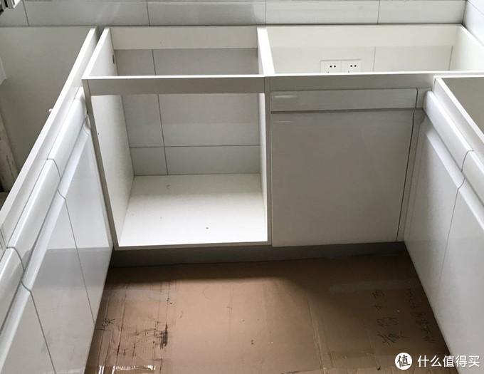 2017年装修,预留的洗碗机位置,插座在右边,上下水在左边。