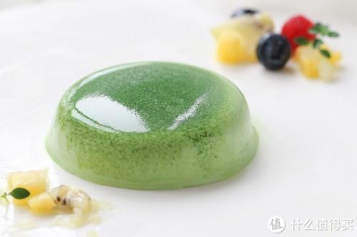 这款甜品太美了,像块温润冰透的翡翠,味道清新不腻,入口即化