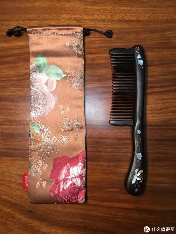 袋子表面有莲花的刺绣,和梳子很配,那把便宜的就是普通袋子