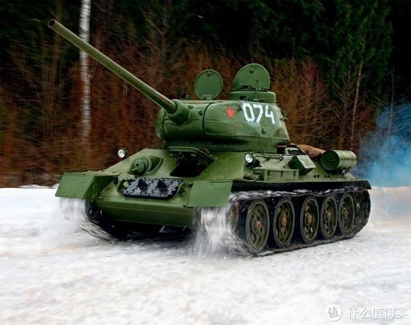 1943年以后的T-34加装了车长指挥塔,米老鼠的耳朵不是那么齐了。