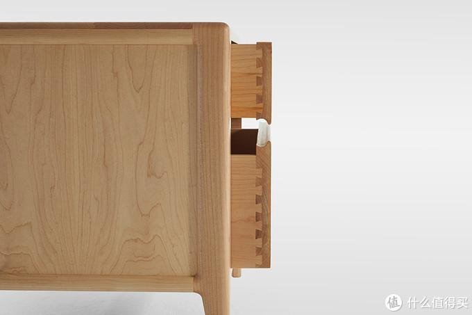 硬枫床头柜,侧板是攒边装框的结构,内部预留伸缩缝