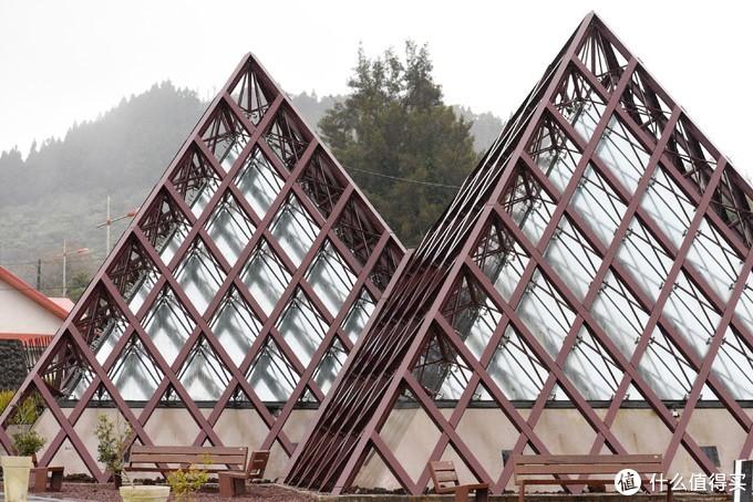 从外面看,这座有点卢浮宫门口玻璃金字塔的建筑就是火山博物馆了。