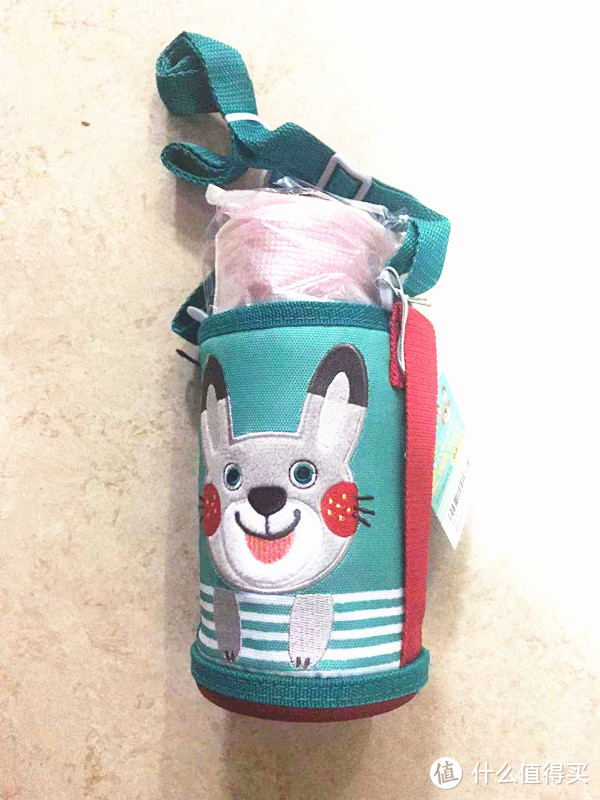 这是水杯外袋子上的可爱的小兔子的正面:笑容灿烂的小兔子