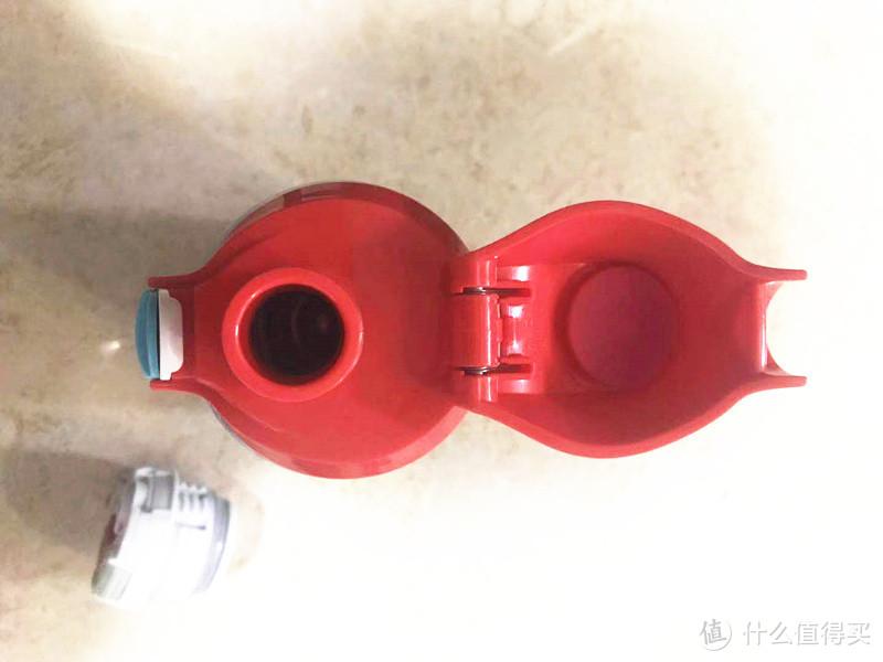 这是直饮盖,我觉得比吸管更好,清洗起来也更方便卫生,能够更好地呵护宝宝健康
