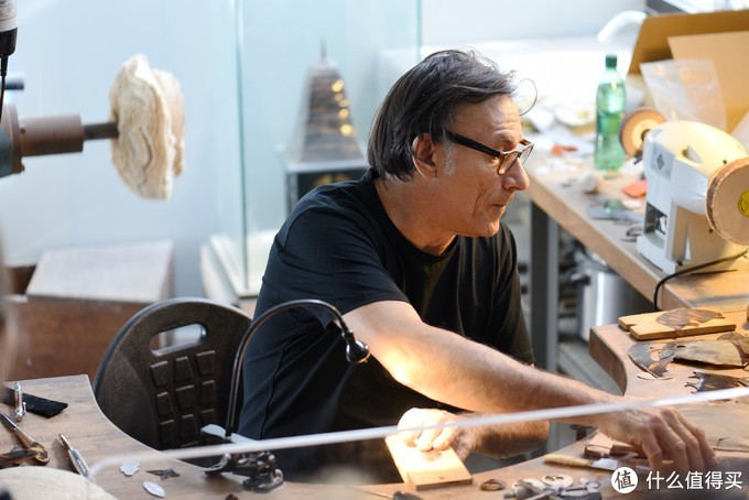 这位技师给大家讲述人和海龟的故事,以及古人用龟壳制作艺术品的知识