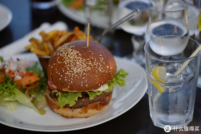 海边的汉堡18欧一个,但是分量很大,差点吃不完。