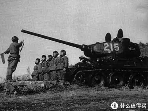 """朝鲜战争中,志愿军杨阿如排长及215英雄车组的T-34/85坦克。1953年一次战斗中以单车击毁美军3辆M26""""潘兴""""式坦克"""