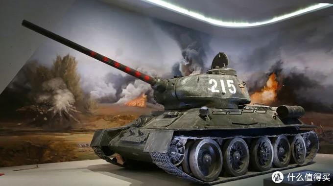 215号T-34/85现于北京中国人民革命军事博物馆地下一层展厅展示,炮管处的红五星标记着该车的战绩