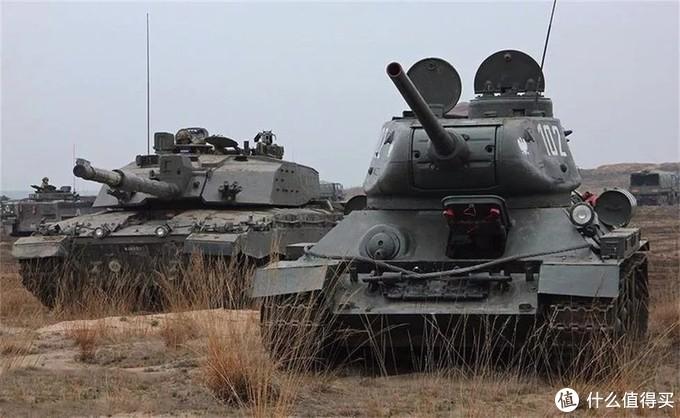 波兰军队演习中的T-34/85与豹2坦克