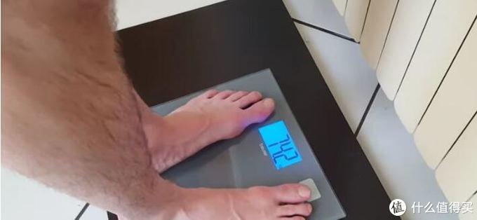一个格斗运动员赛前靠穿厚衣捂被子开电暖捂汗,一个小时减重2.7公斤
