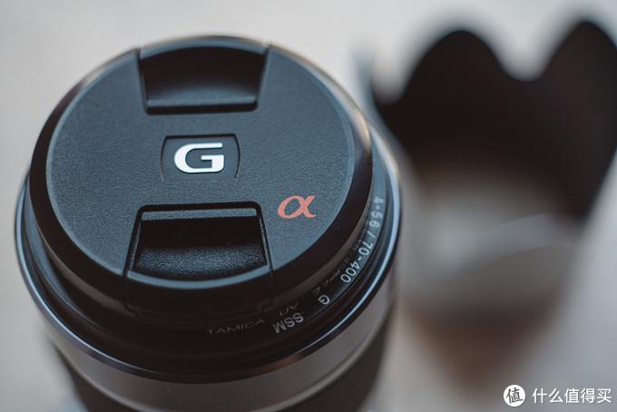 镜头盖上的索尼a单反的标志和g头的logo
