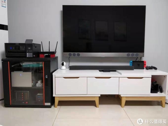 目前家里的多媒体中心完整版,低音炮放置在沙发旁