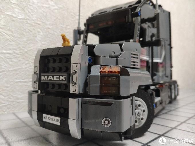 本来就想拼个车头的,毕竟后挂的车厢很占地方,但正好,我做的lego柜子安装好了!有的是地方放,所以就继续了后车的拼搭