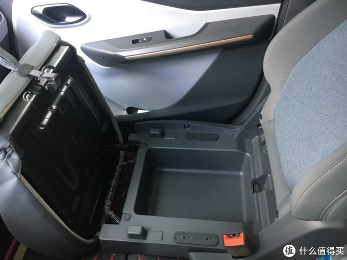 体验四轮两座纯电动汽车----宝骏E200