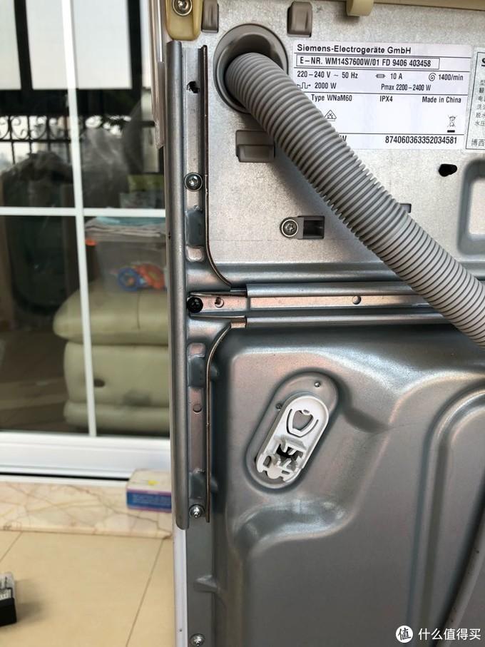 H型鋼架右邊細節圖,中間一顆為連接片附帶的黑色螺絲,上下兩顆為H鋼架自帶螺絲