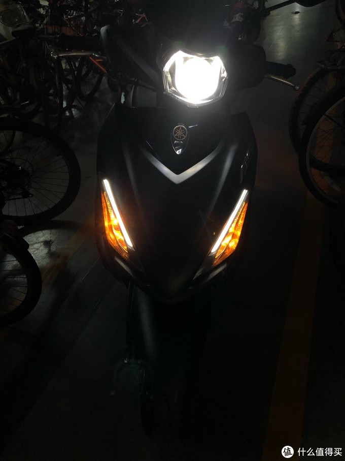 在车库打开近光灯和示宽灯的效果