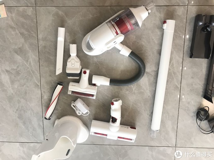 家用无线吸尘器怎么选?戴森吸尘器v10和小狗